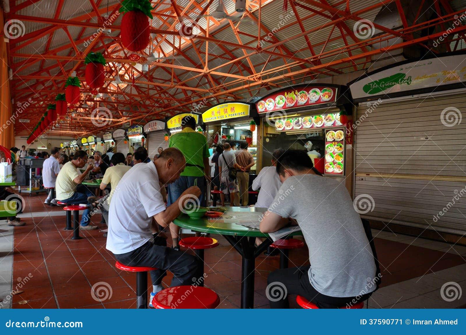 Os jantares comem em tabelas exteriores Maxwell Food Center Singapore