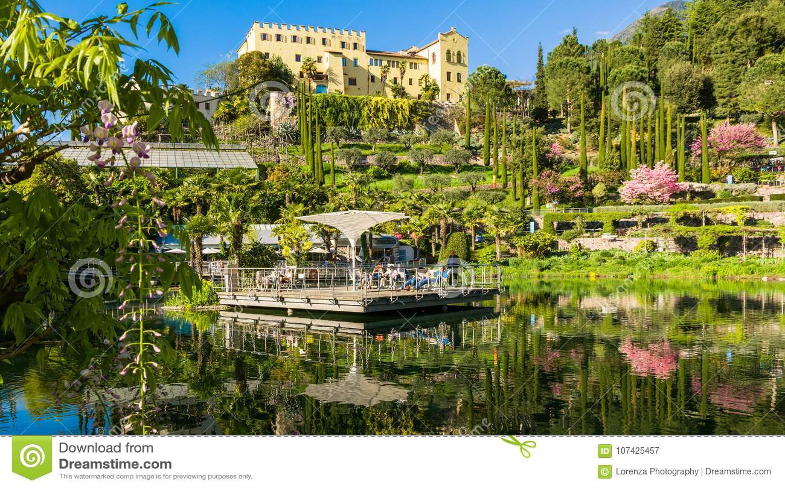 Os jardins botânicos de Trauttmansdorff fortificam, Merano, Tirol sul, Itália, oferecem muitas atrações com botani