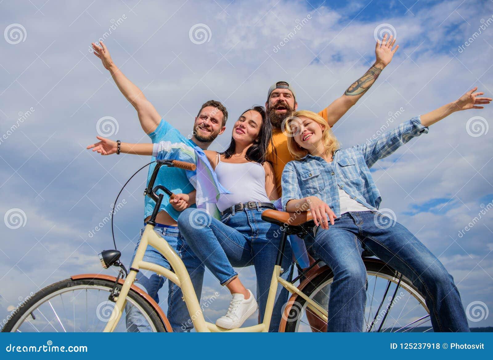 Os jovens à moda da empresa gastam o fundo do céu do lazer fora Modernidade do ciclismo e cultura nacional Bicicleta como