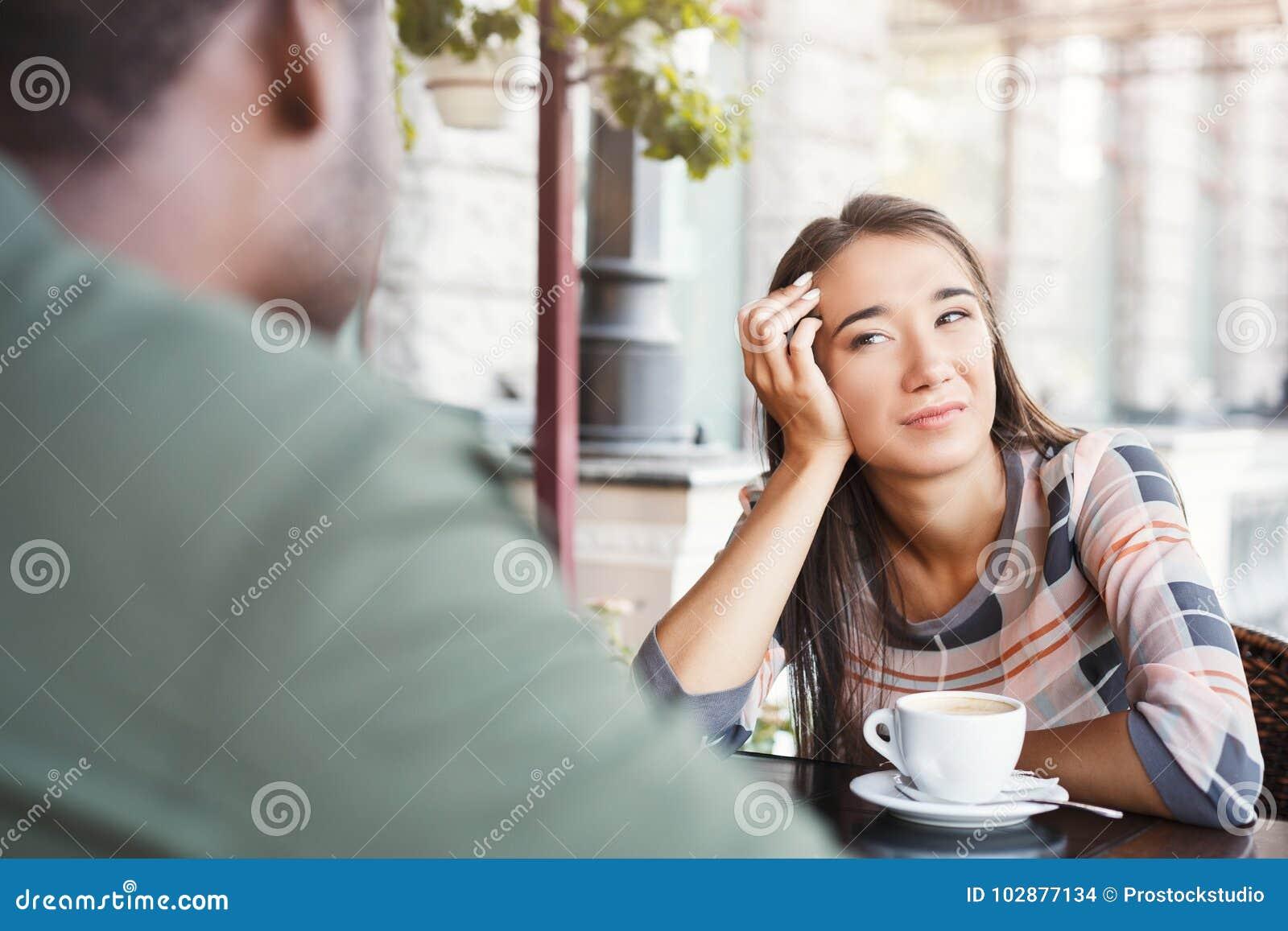 Os jovens furaram o café bebendo da menina na data em um café
