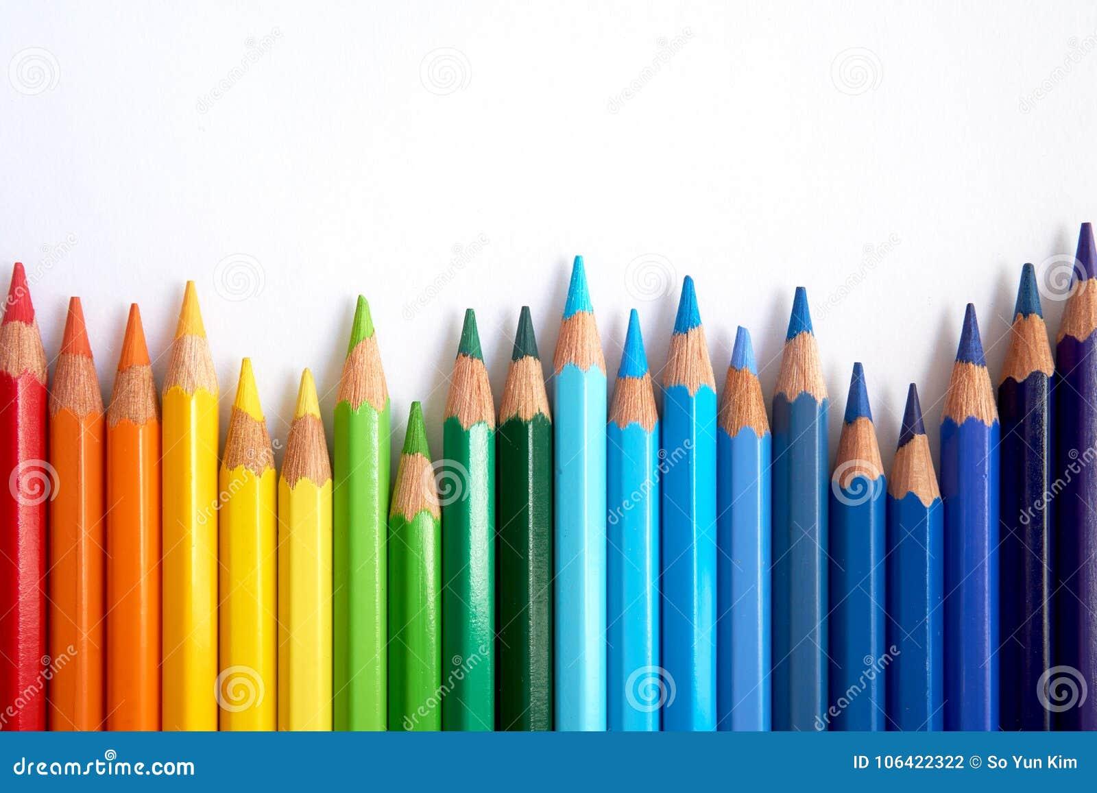 Os lápis coloridos arco-íris estão sacudindo-se de lado a lado