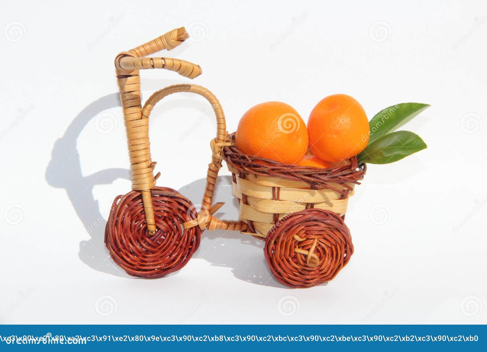 Os mandarino em uma bicicleta de vime