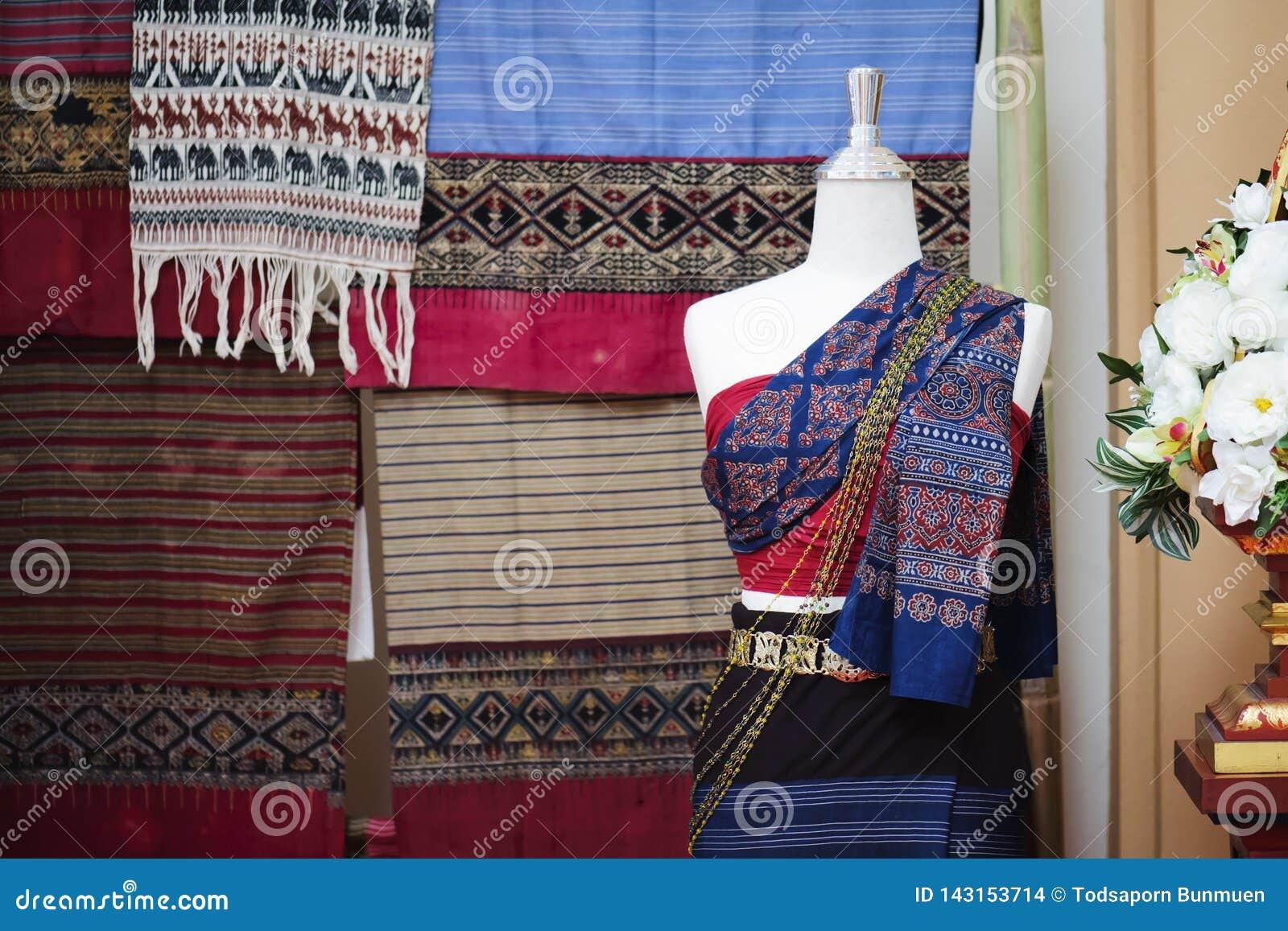 Os manequins mostram o vestido de seda mão-tecido vestindo
