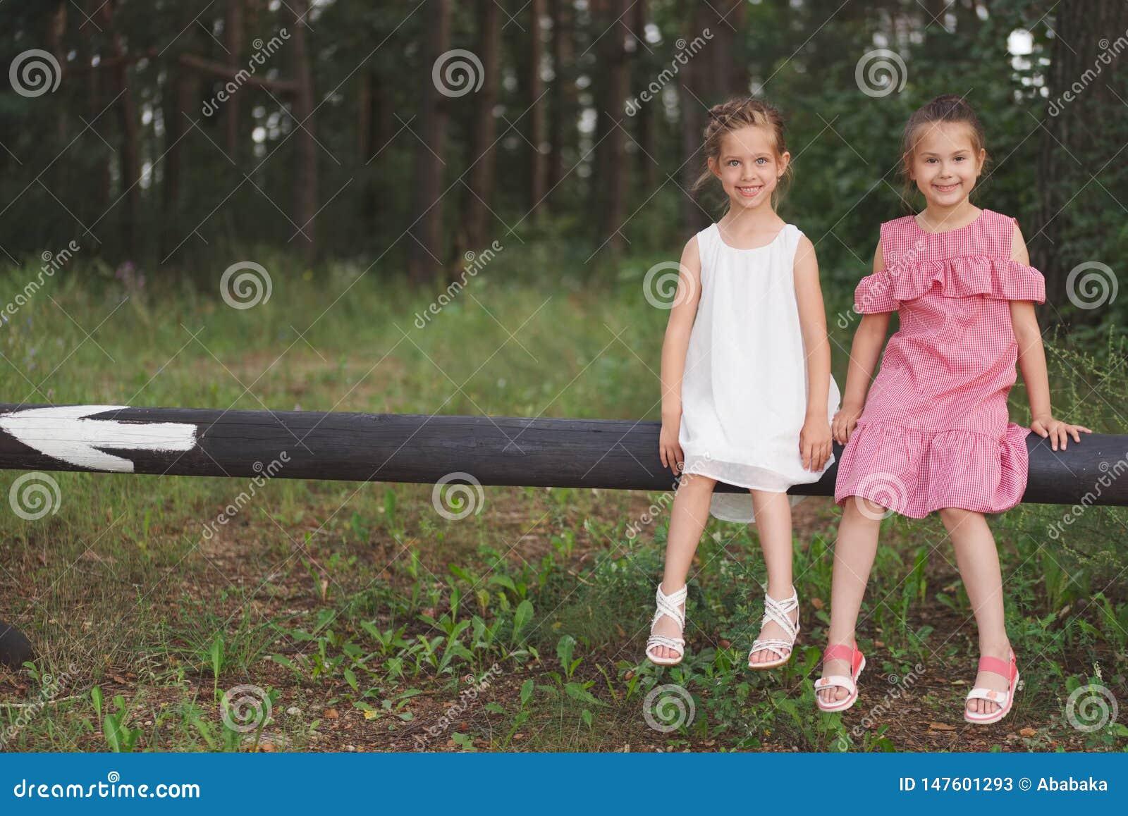 Os melhores amigos felizes que jogam no parque do ver?o