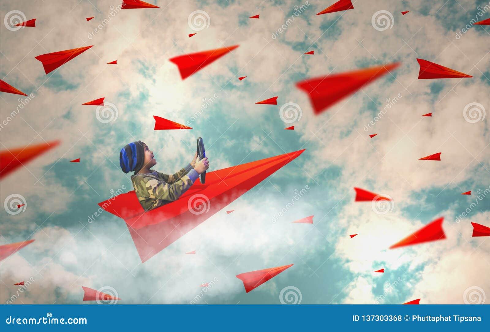 Os meninos apreciam conduzir os aviões de papel que sobem acima no céu enchido com muitos planos, conceitos, visão e liderança de