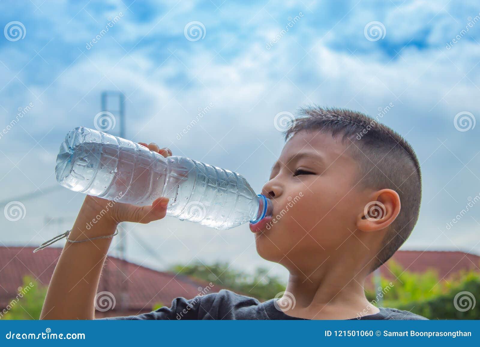 Os meninos estão bebendo a água fria