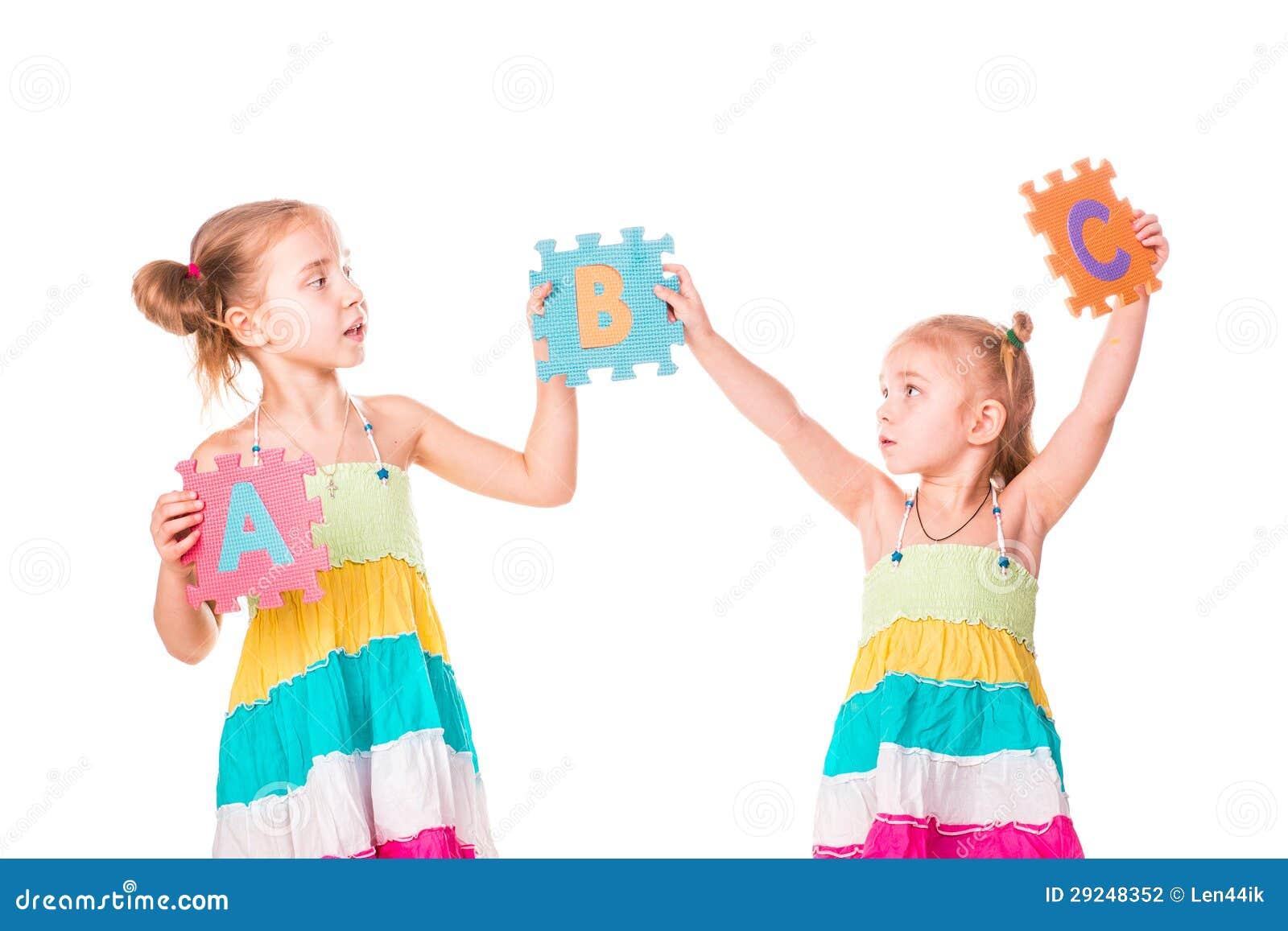 Download Os Miúdos Felizes Que Guardaram O Alfabeto Rotulam ABC Foto de Stock - Imagem de colorido, pouco: 29248352