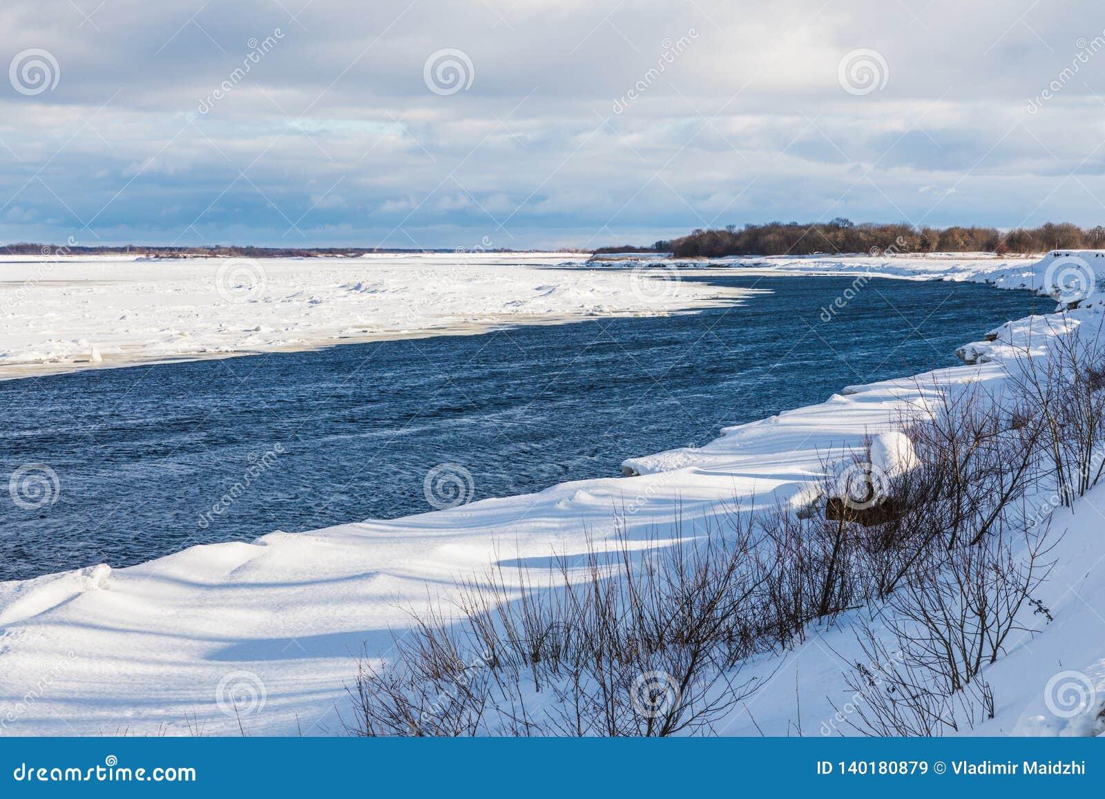 Os montes e as banquisas no rio do inverno