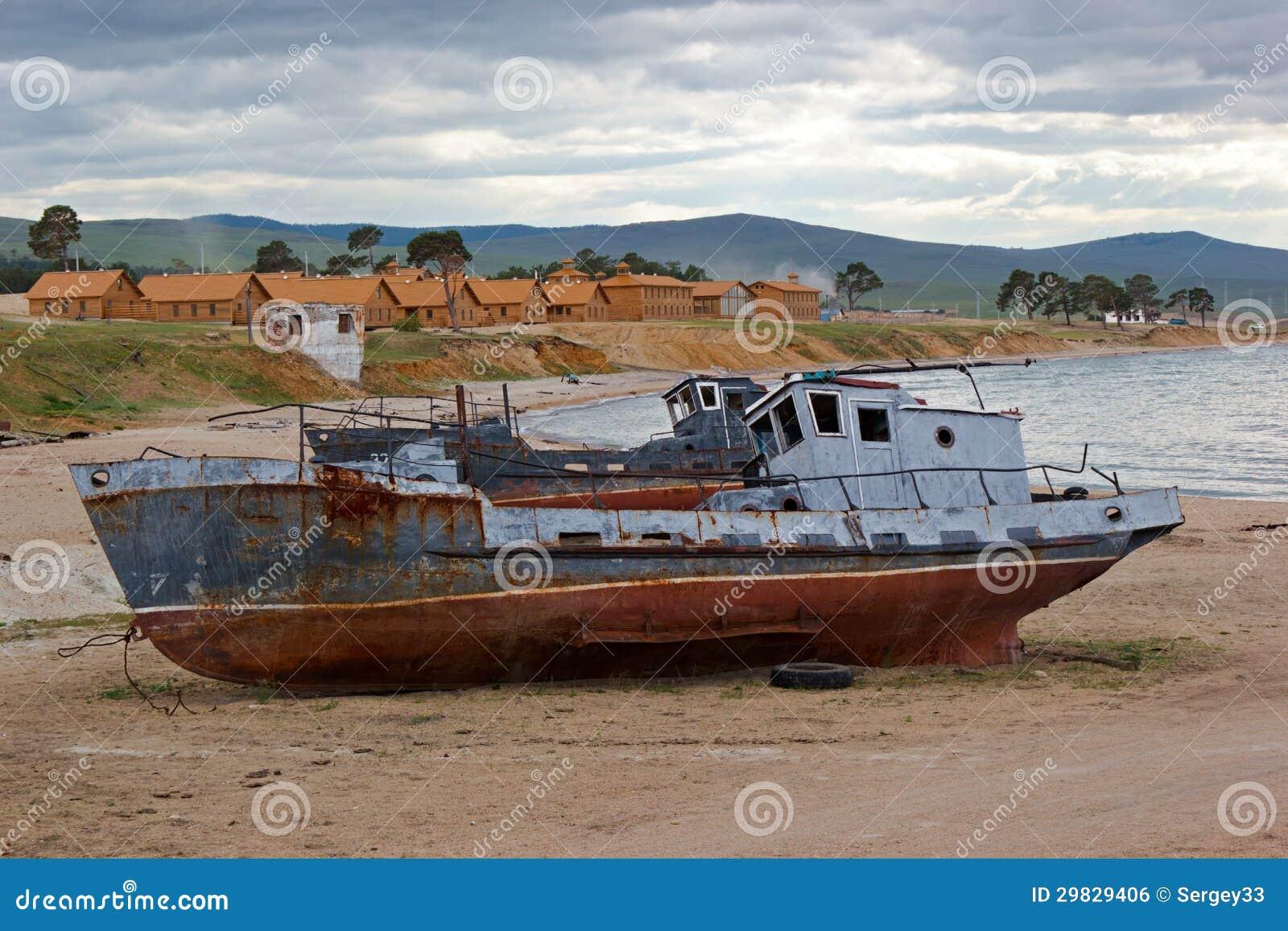 Os navios velhos no banco de Baikal