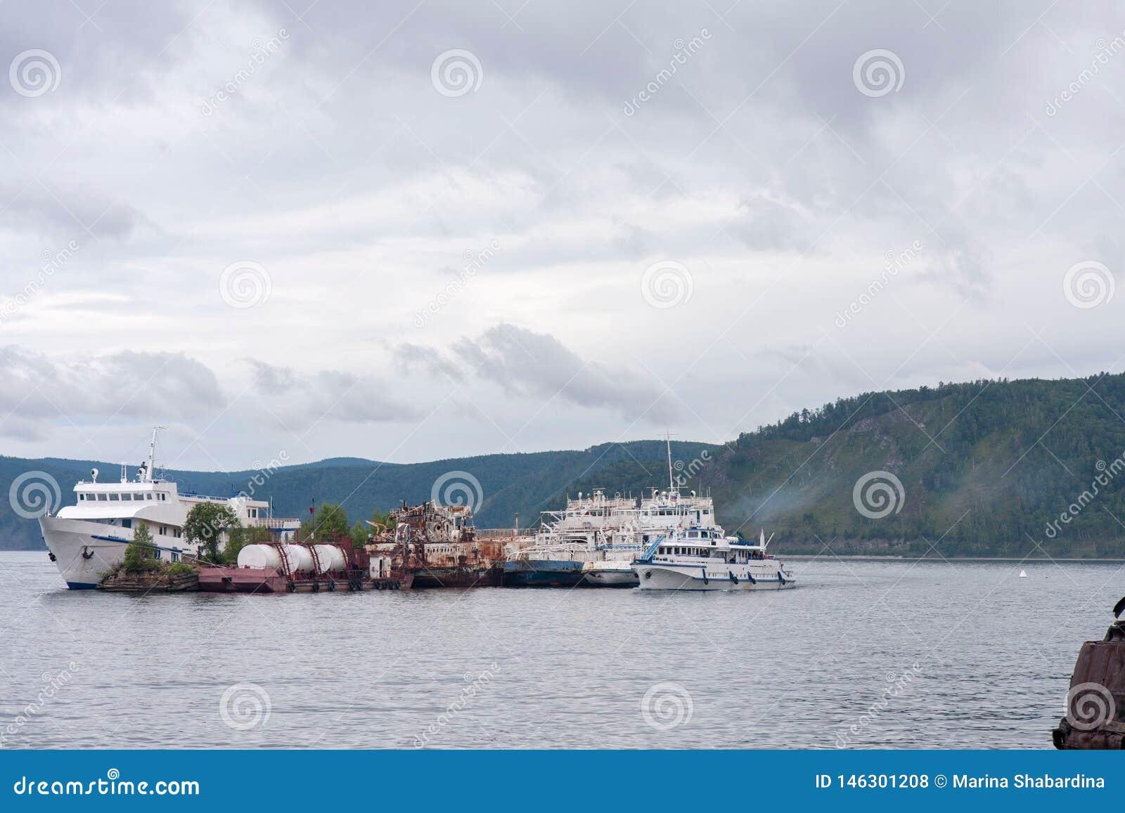 Os navios velhos são amarrados no meio do lago e formam uma ilha