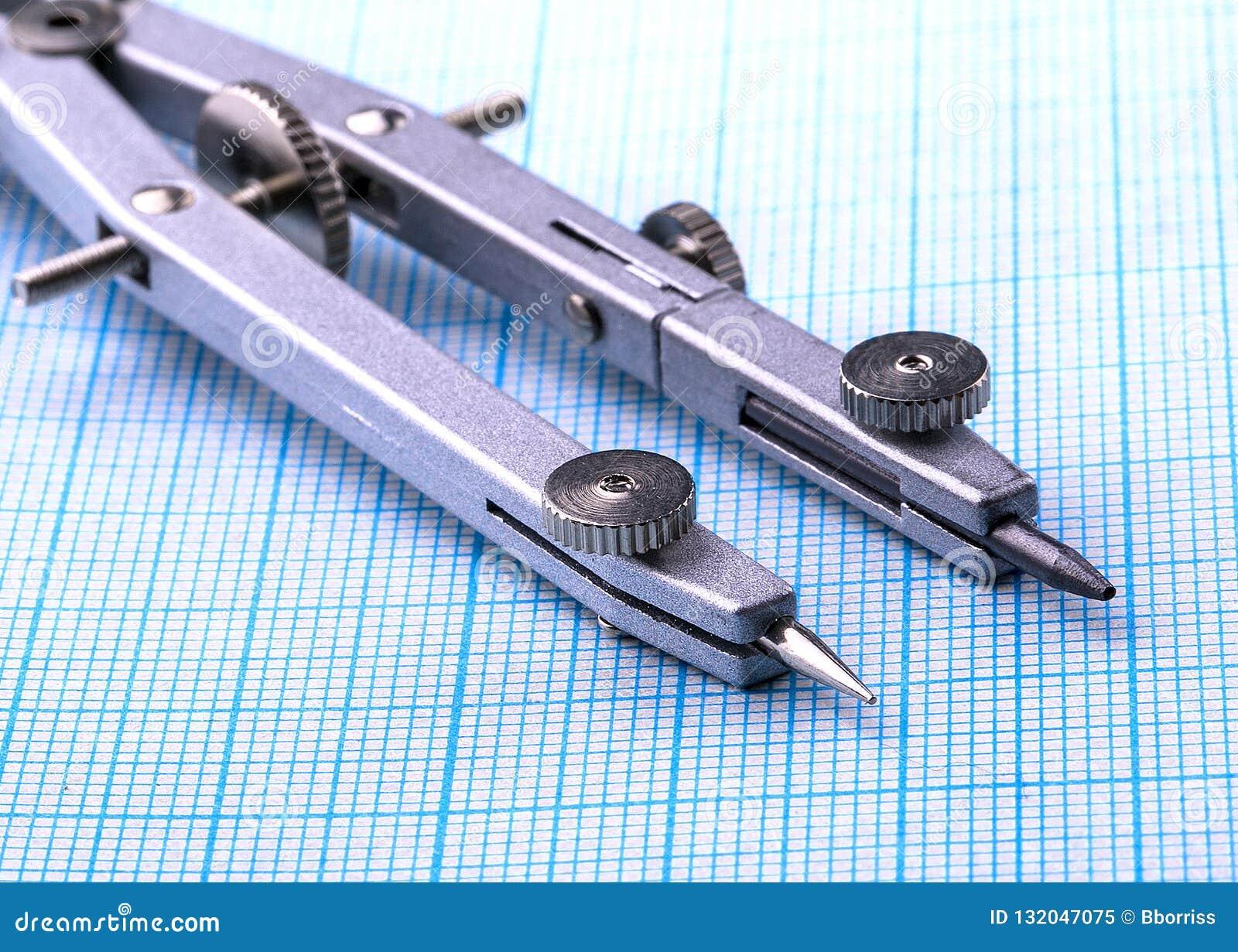 Os objetos para esboçar e do trabalho no papel de gráfico