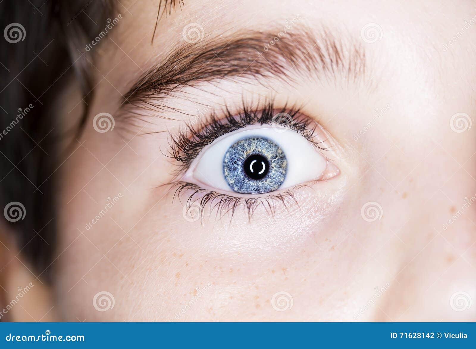 Os olhos azuis do menino