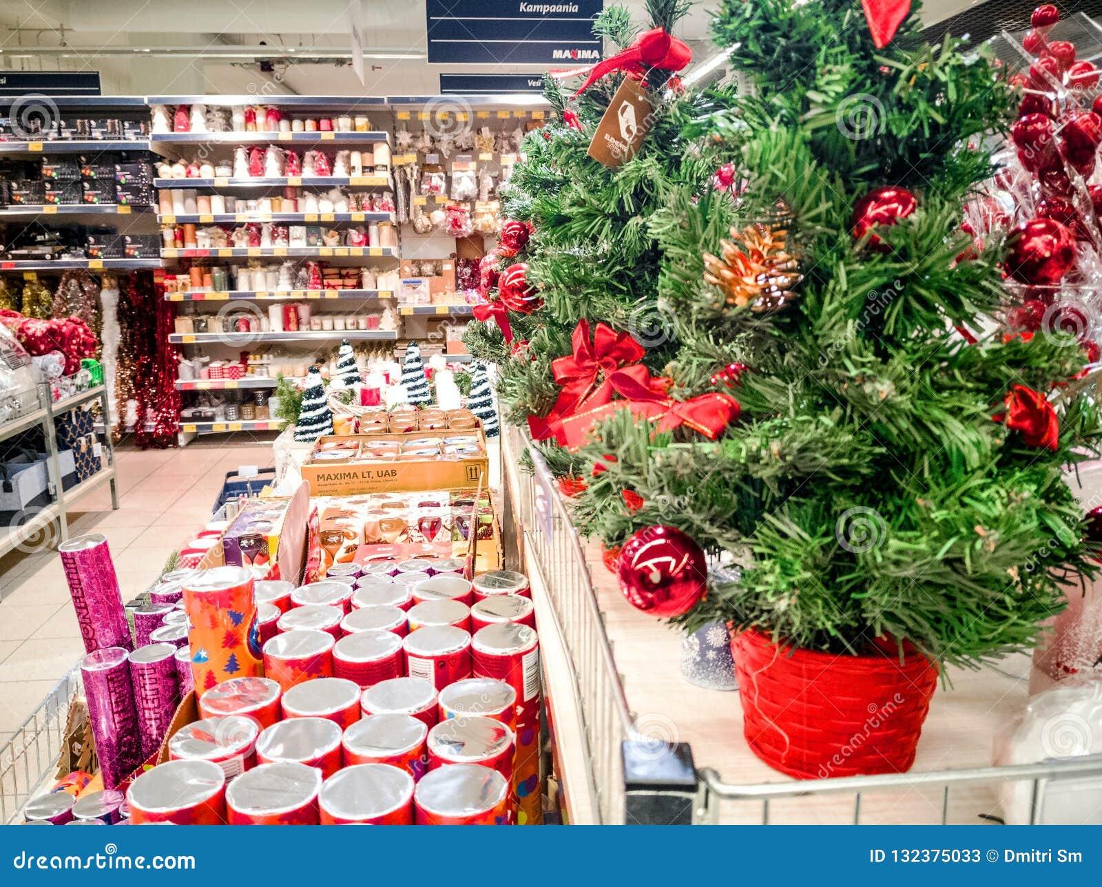 Os ornamento do Natal compram e visitantes