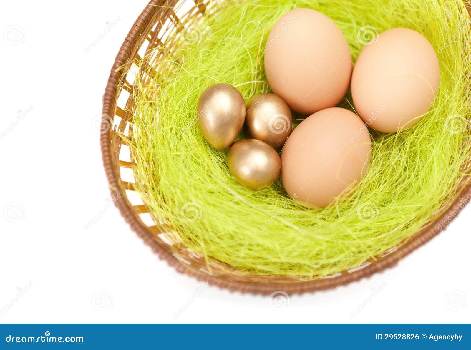Os ovos da páscoa estão em cesta trançada