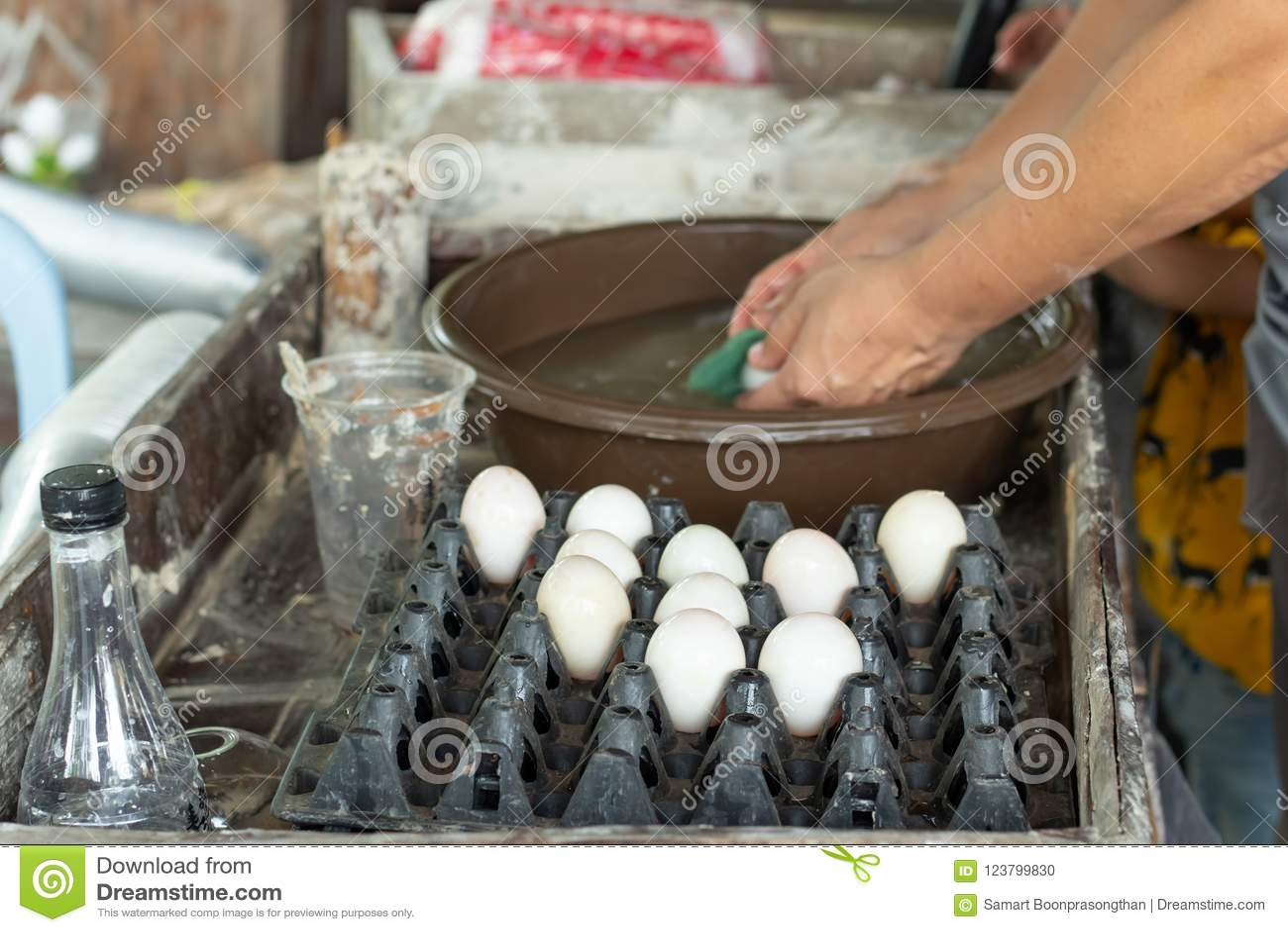 Os ovos do pato são lavados e colocados em uma bandeja