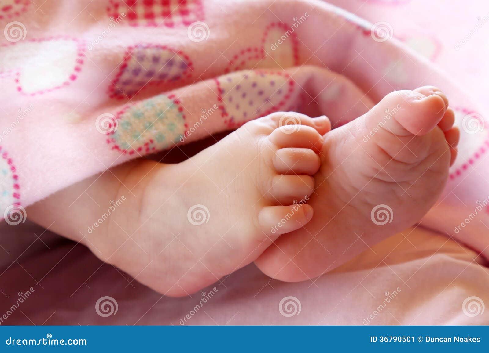 Os pés bonitos do bebê