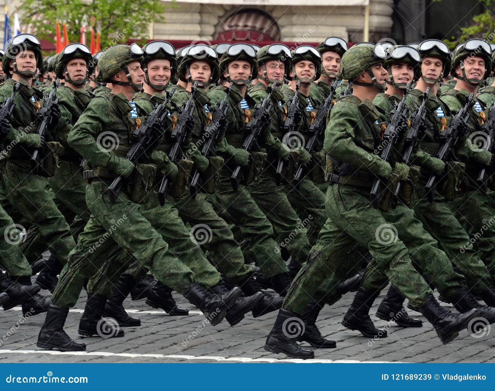 Os paramilitares do 331st guardam o regimento do paraquedas de Kostroma durante o ensaio de vestido da parada no quadrado vermelh