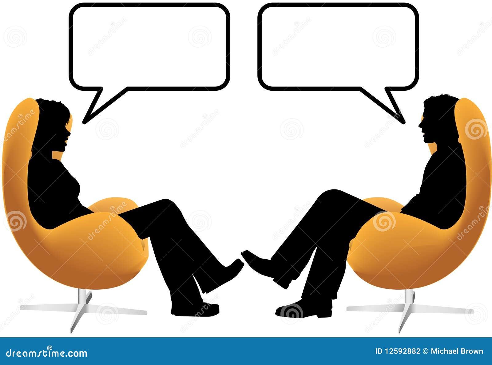 Os pares da mulher do homem sentam a conversa em cadeiras do ovo