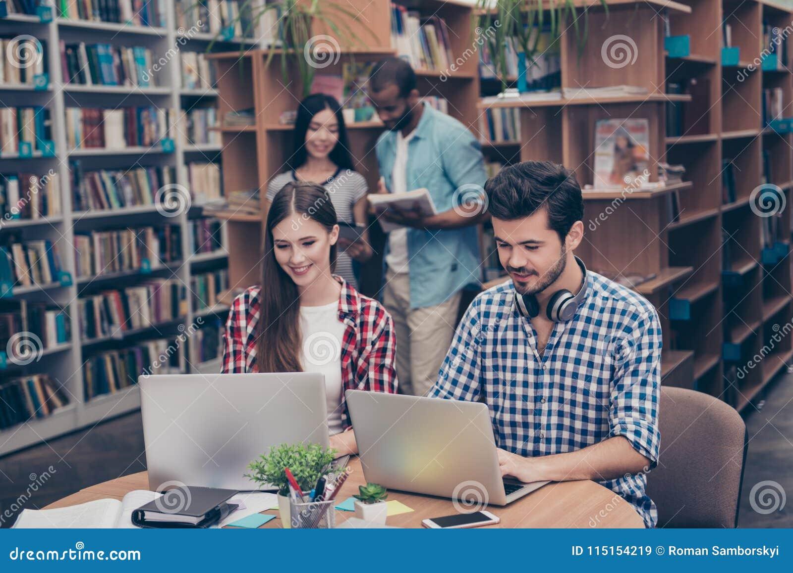 Os pares de adolescentes internacionais estão estudando após leituras no th