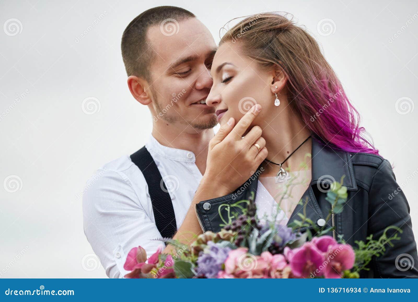 Os pares de amor do dia de Valentim em abraços e beijos da natureza, homem e mulher amam-se Montanhas do cappadocia no peru