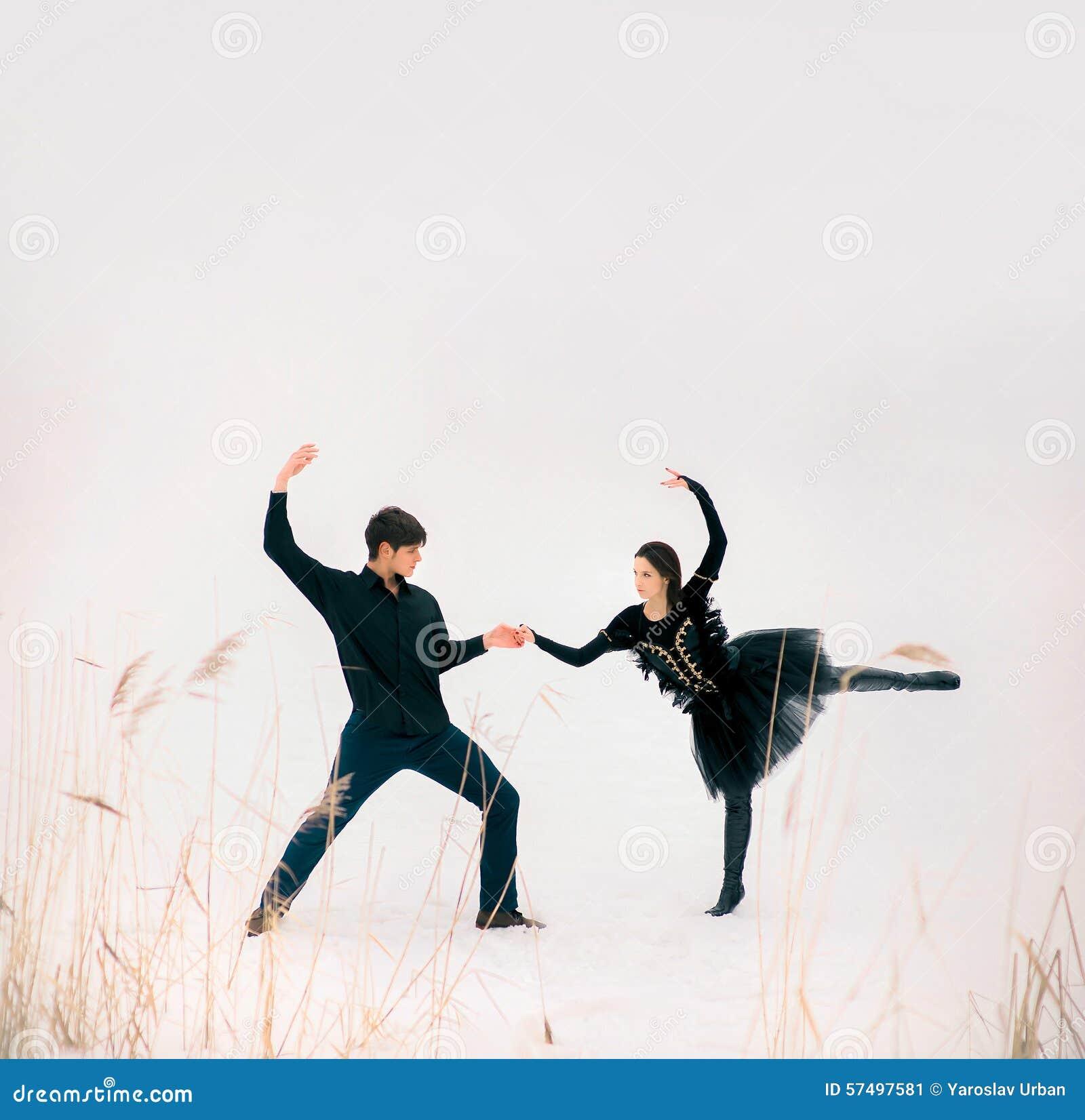 Os pares de dançarinos de bailado novos executam exterior dentro