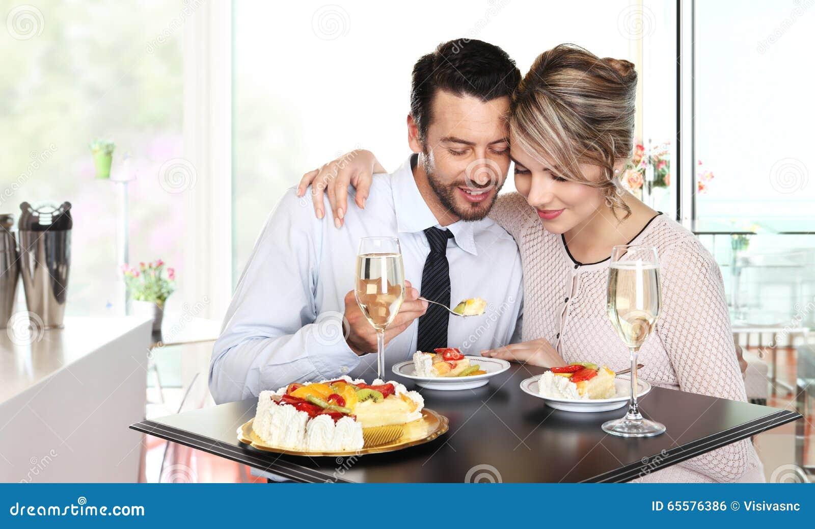 Os pares felizes na barra com vinho e fruto endurecem