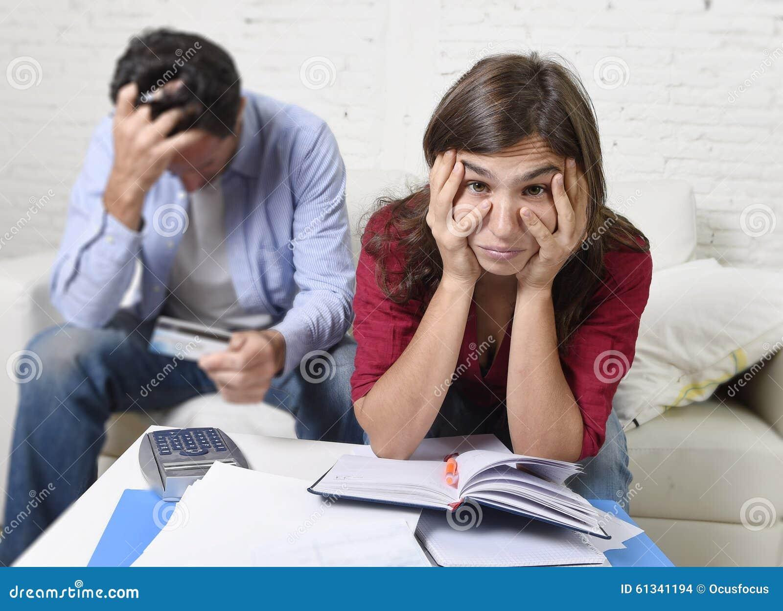 Os pares novos preocuparam-se e desesperado em problemas do dinheiro em casa em pagamentos do banco da contabilidade do esforço