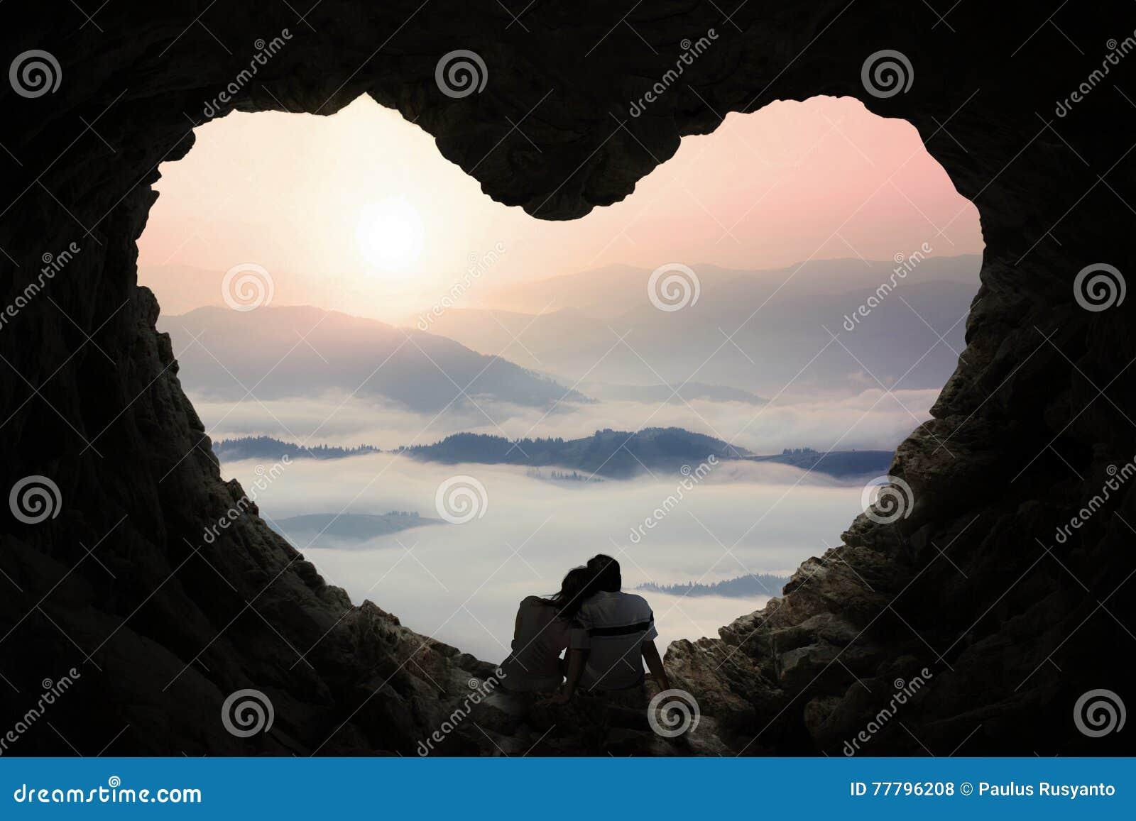 Os pares românticos apreciam o Mountain View na caverna
