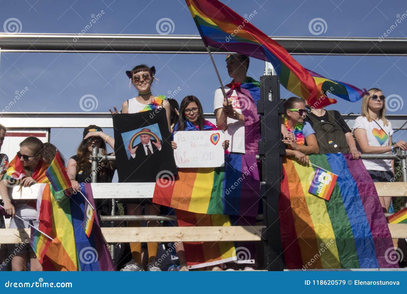 Os participantes da grande igualdade desfilam - parada de orgulho da comunidade de LGBT na cidade de Varsóvia