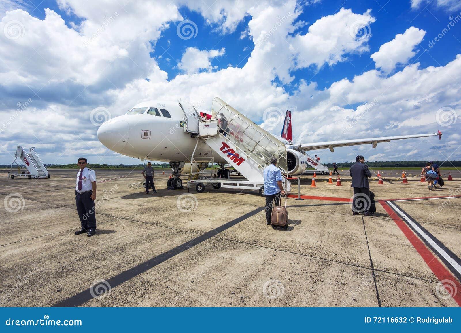 Os passageiros que embarcam Tam Airlines Airplane, Foz fazem Iguacu, Brasil