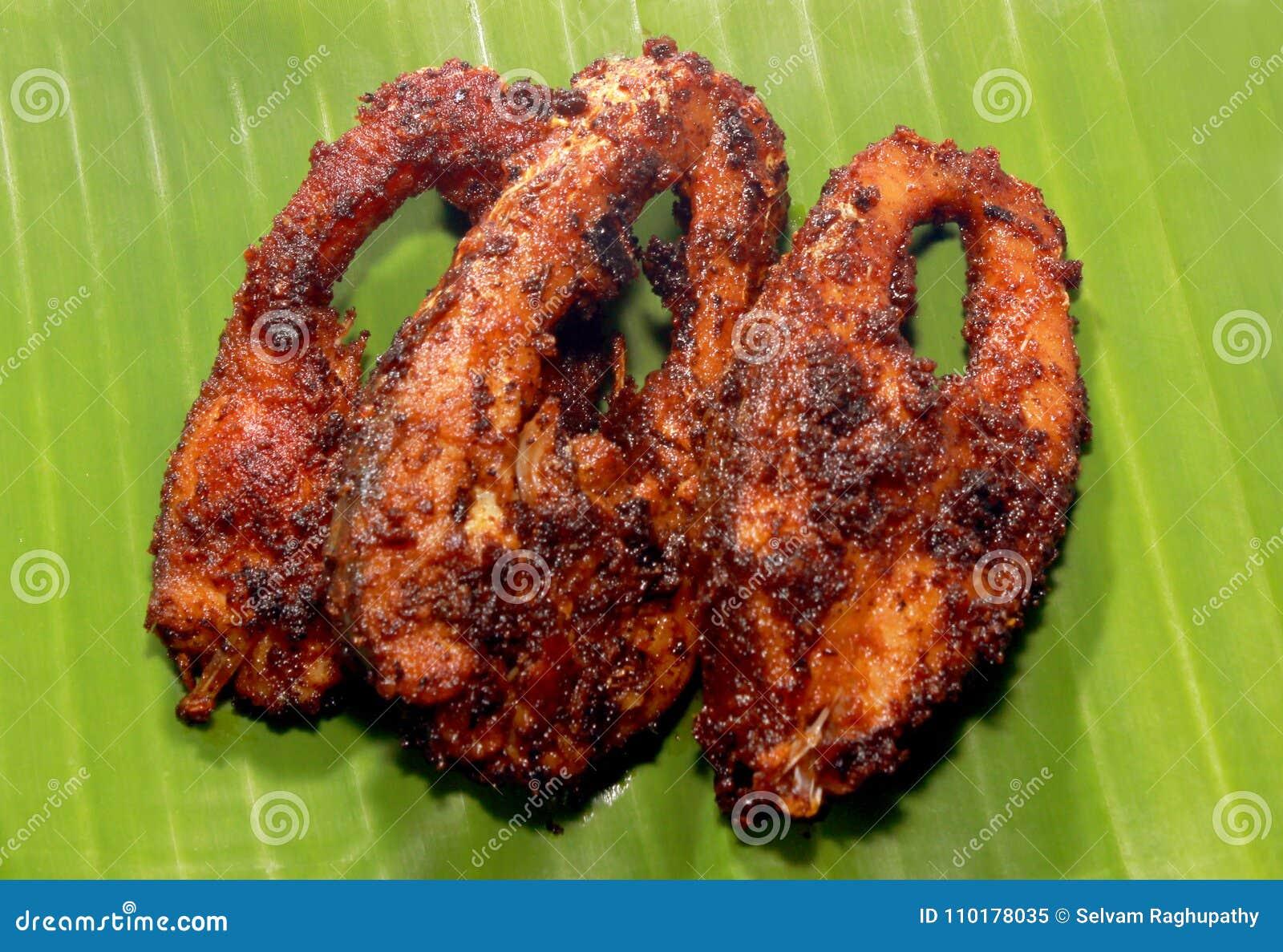 Os peixes da carpa fritaram fatias em uma folha da banana