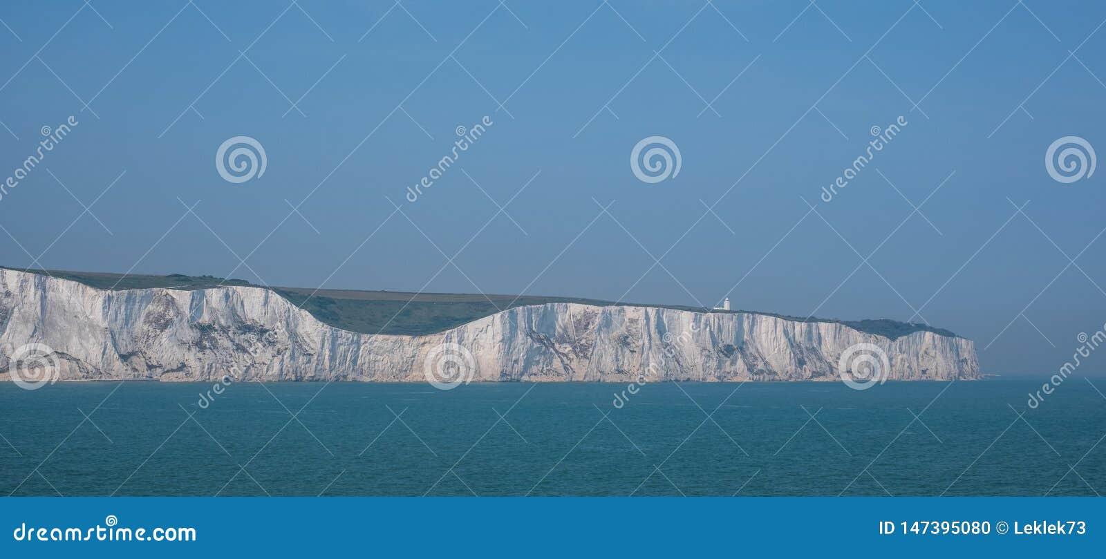 Os penhascos brancos de Dôvar, Reino Unido, fotografado em um dia de mola claro: penhascos de giz na costa de Kent perto do porto