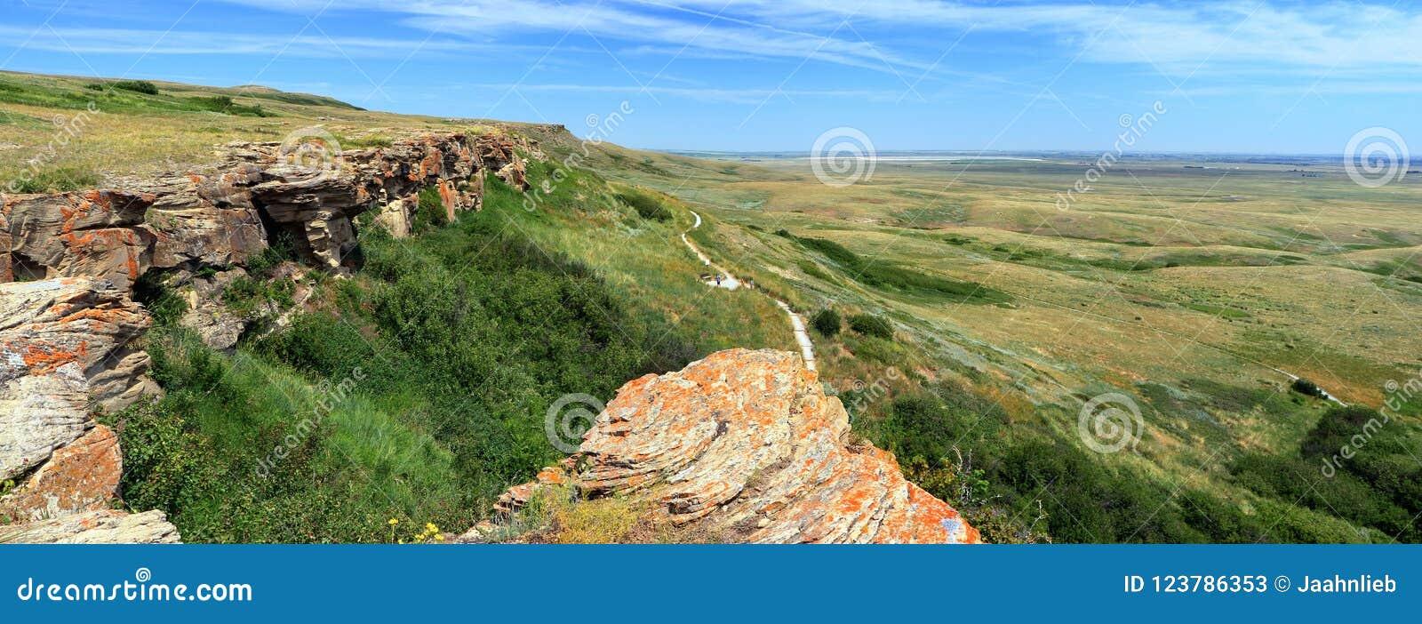 Os penhascos Cabeça-Despedaçar-no búfalo saltam o local de Hertiage do mundo do UNESCO, Alberta, panorama novo