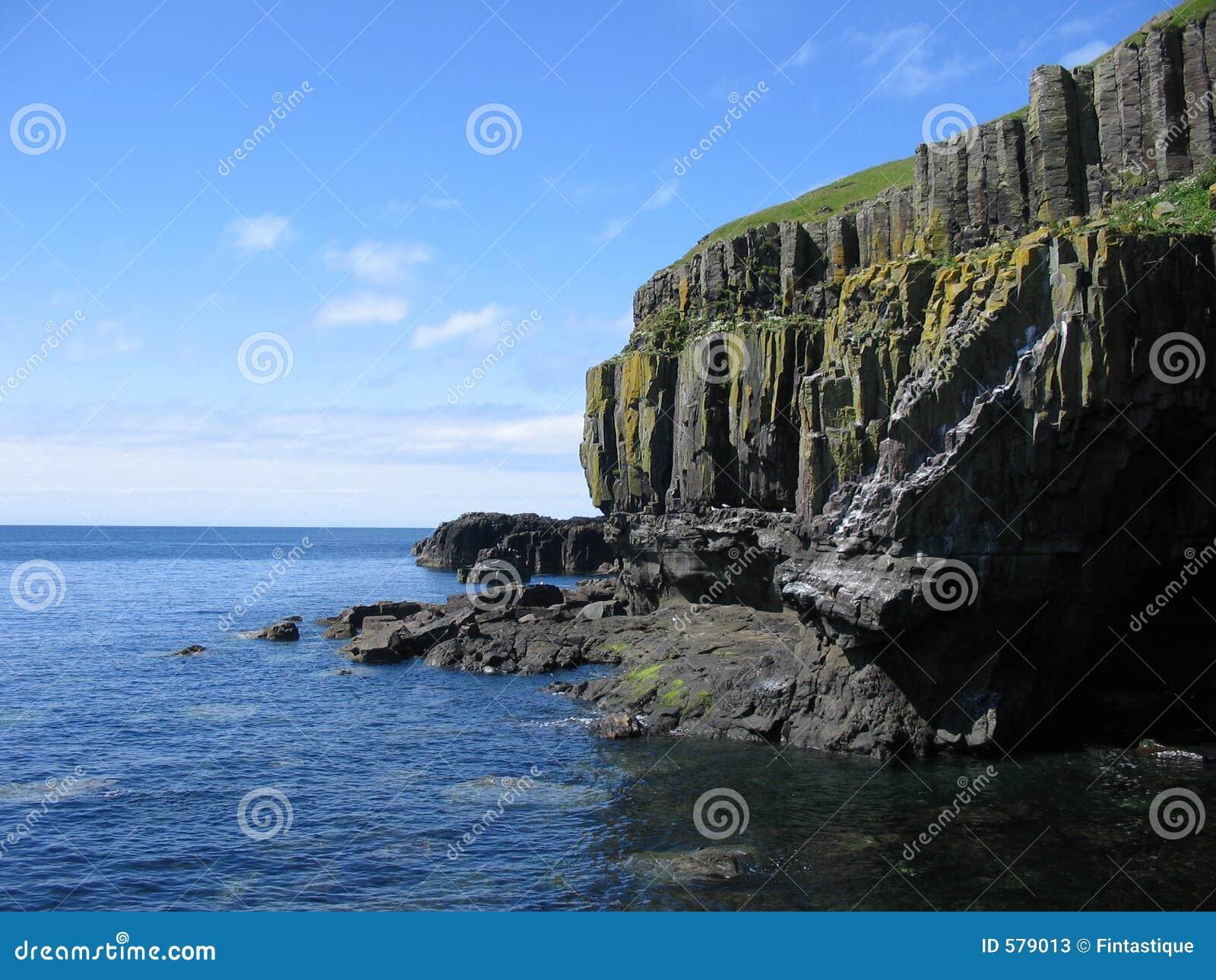 Os penhascos do mar perto de Carsaig, Mull