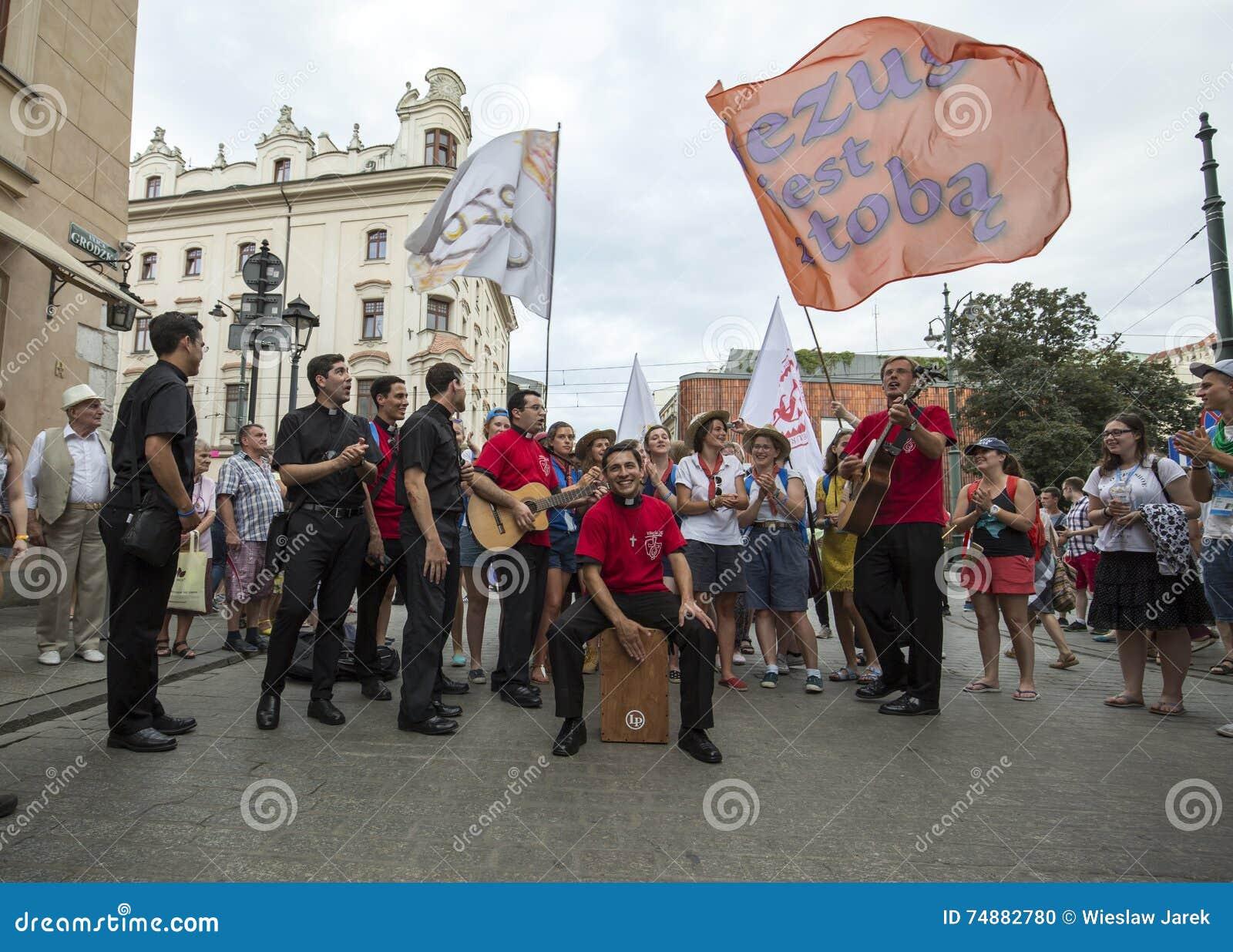 Os peregrinos do dia de juventude de mundo cantam e dançam no quadrado principal em Cracow