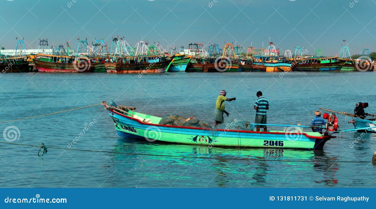 Os pescadores estão prontos para travar peixes no arasalaru do rio perto da praia karaikal