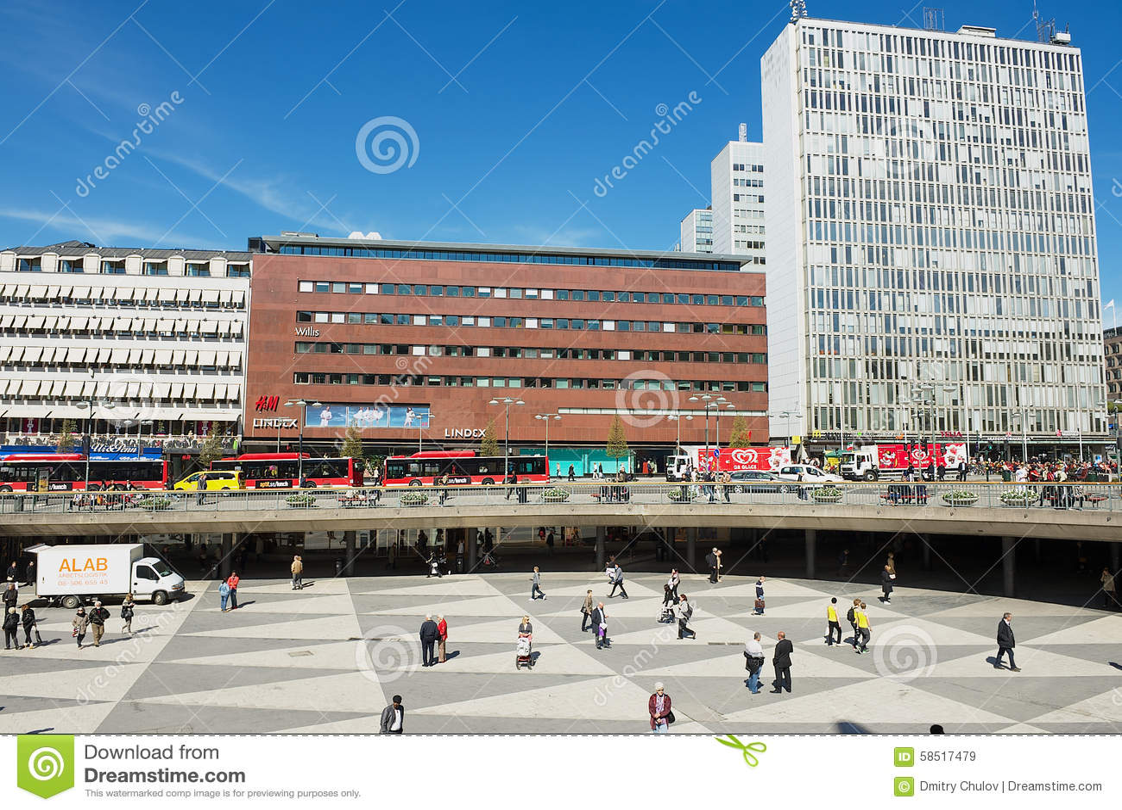 Os povos andam pelo quadrado de Sergels em Éstocolmo, Suécia