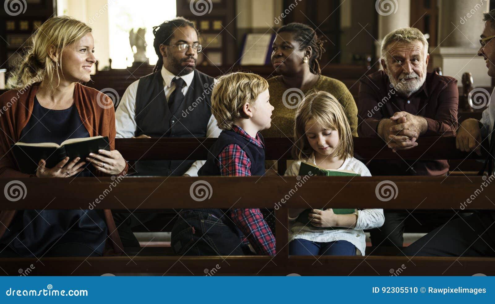 Os povos da igreja acreditam a fé religiosa