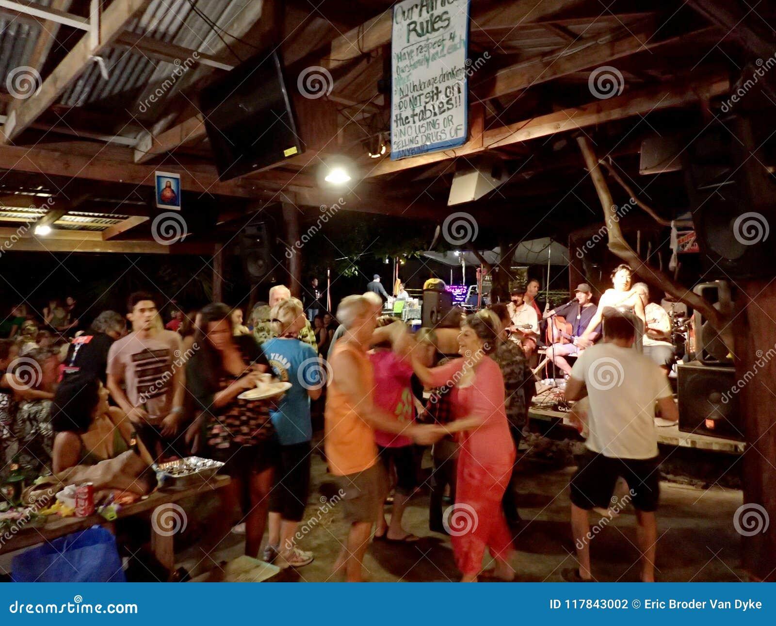 Os povos dançam à música da faixa