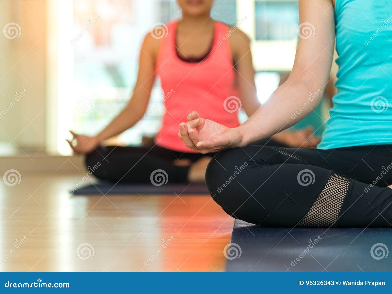 Os povos de Ásia que praticam e que exercitam vitais meditam a ioga na classe