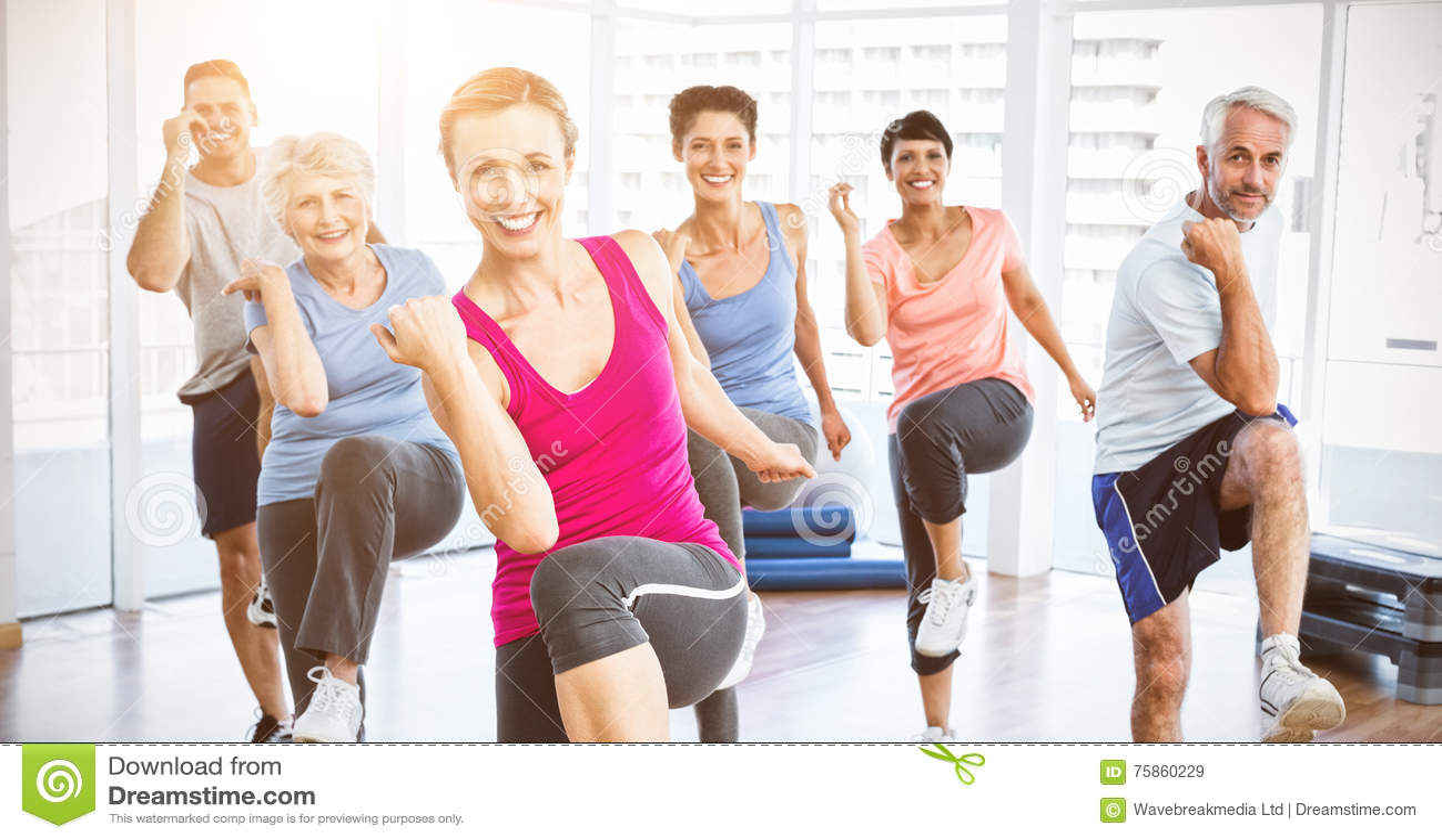 Os povos de sorriso que fazem a aptidão do poder exercitam na classe da ioga