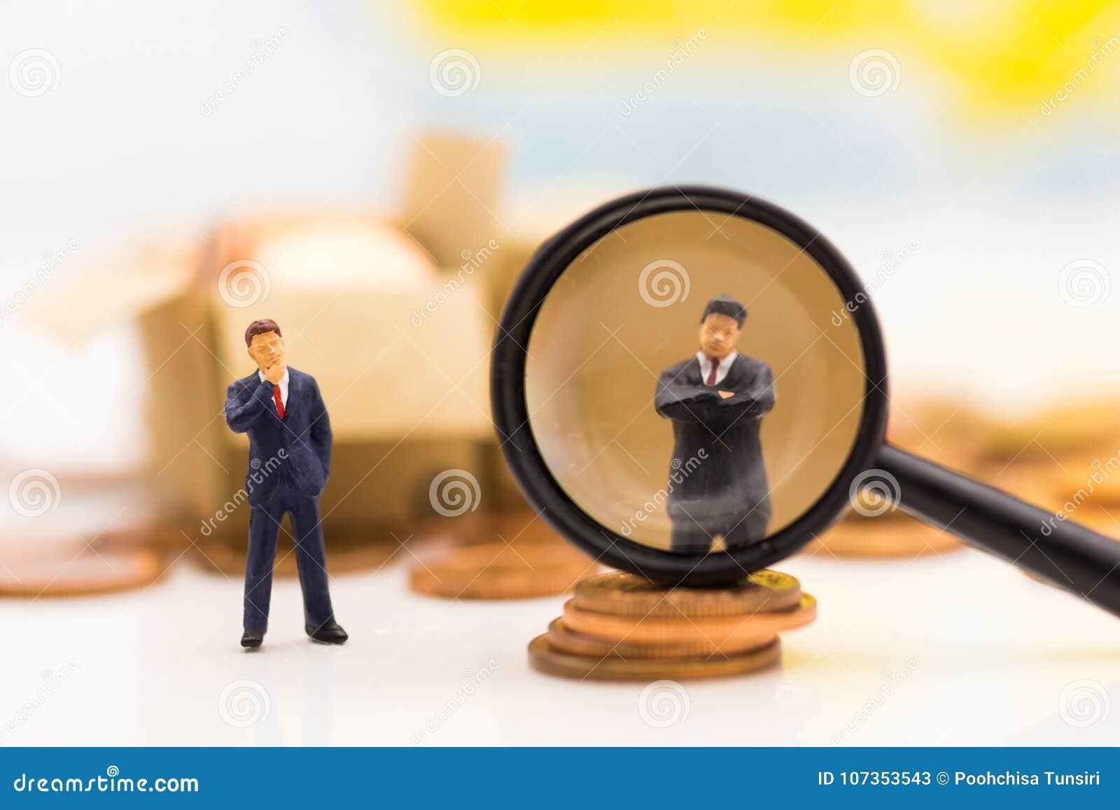 Os povos diminutos, grupo de homens de negócios trabalham com equipe, usando-se como a escolha do fundo do melhor empregado serid