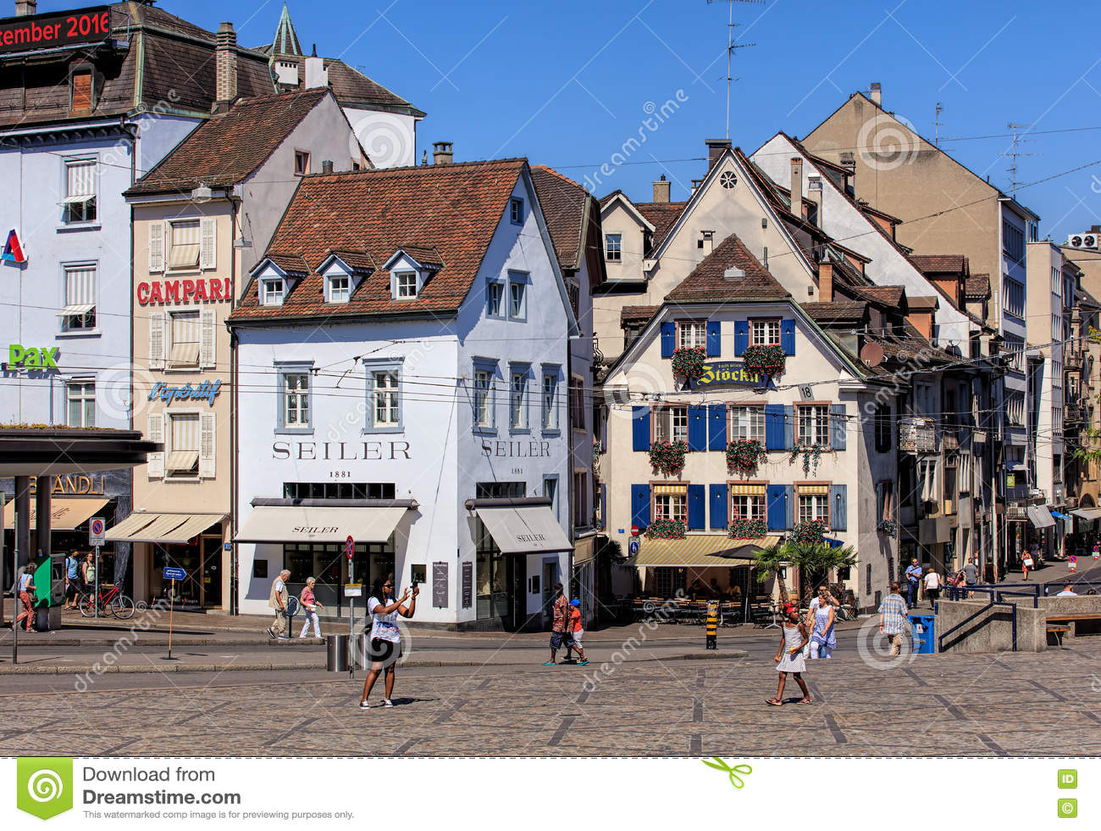 Os povos e as construções em Barfuesserplatz esquadram em Basileia, Switzer