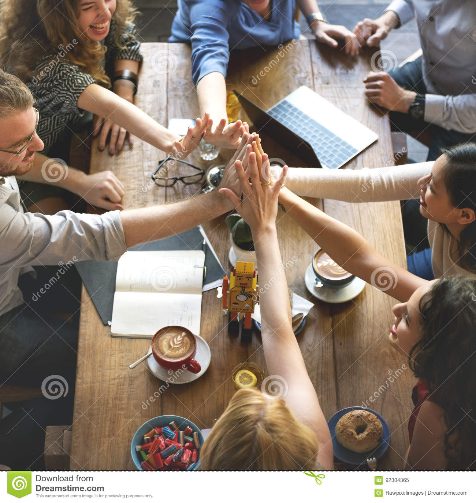 Os povos entregam montam o conceito dos trabalhos de equipa da reunião da conexão