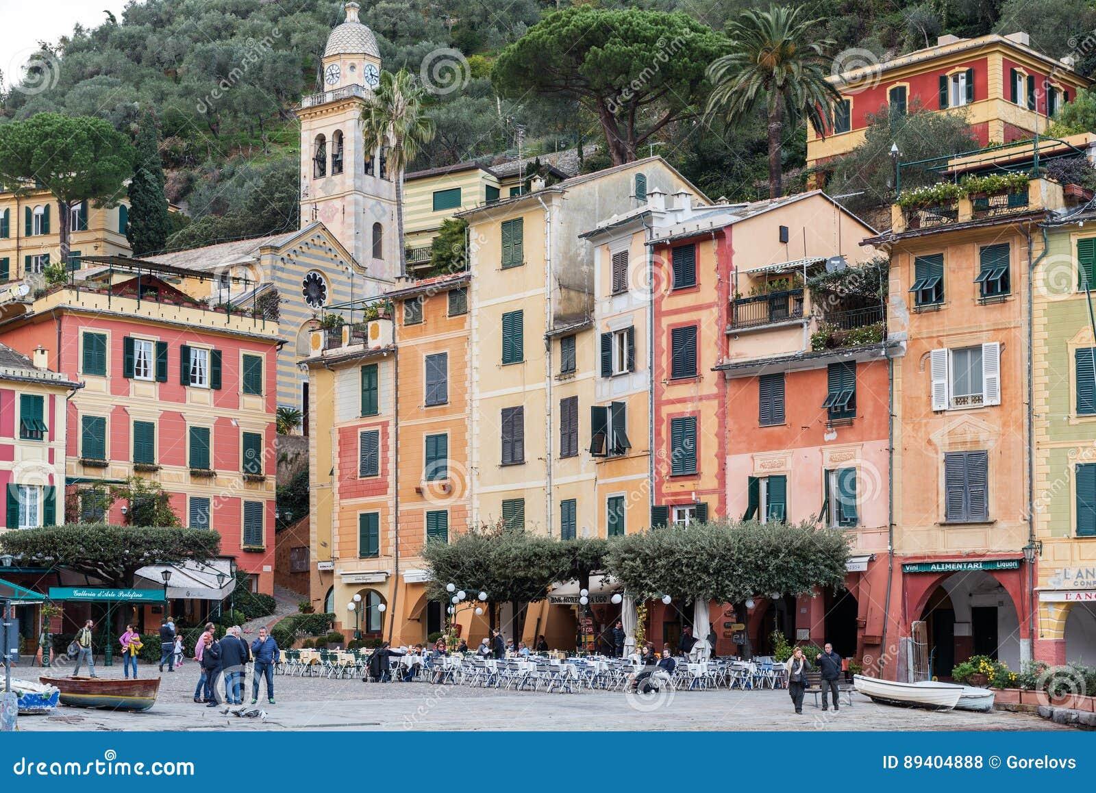 Os povos estão visitando a cidade Portofino do colourfull no italiano Liguria, Itália