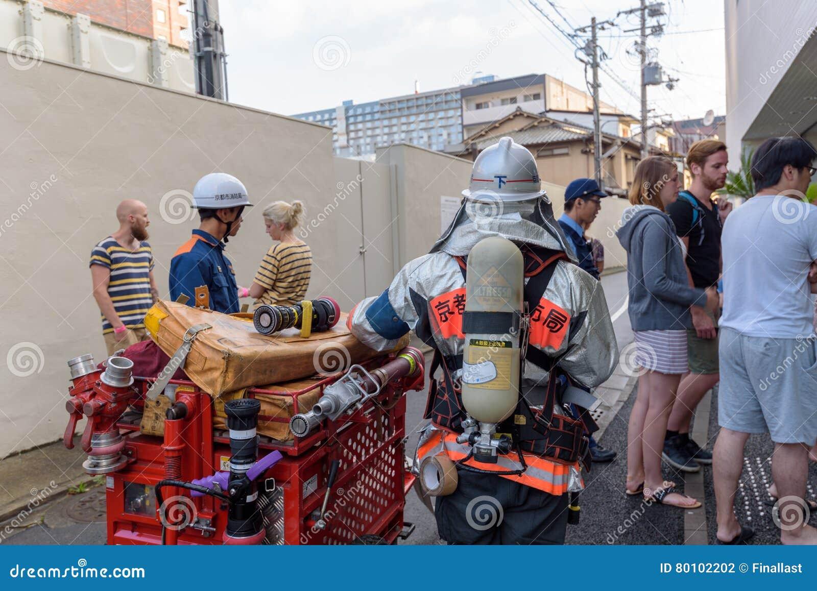 Os povos evacuaram do hotel durante o alarme de incêndio em Kyoto Japão o 14 de julho de 2016