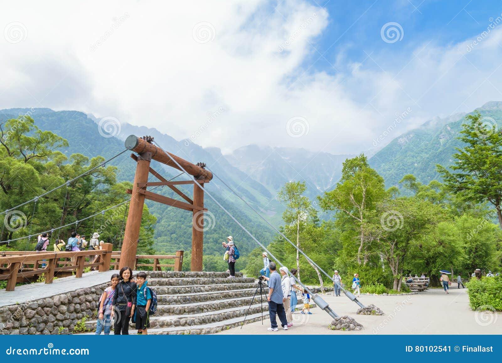 Os povos não identificados relaxam em Kamikochi em Nagano Japão o 12 de julho de 2016