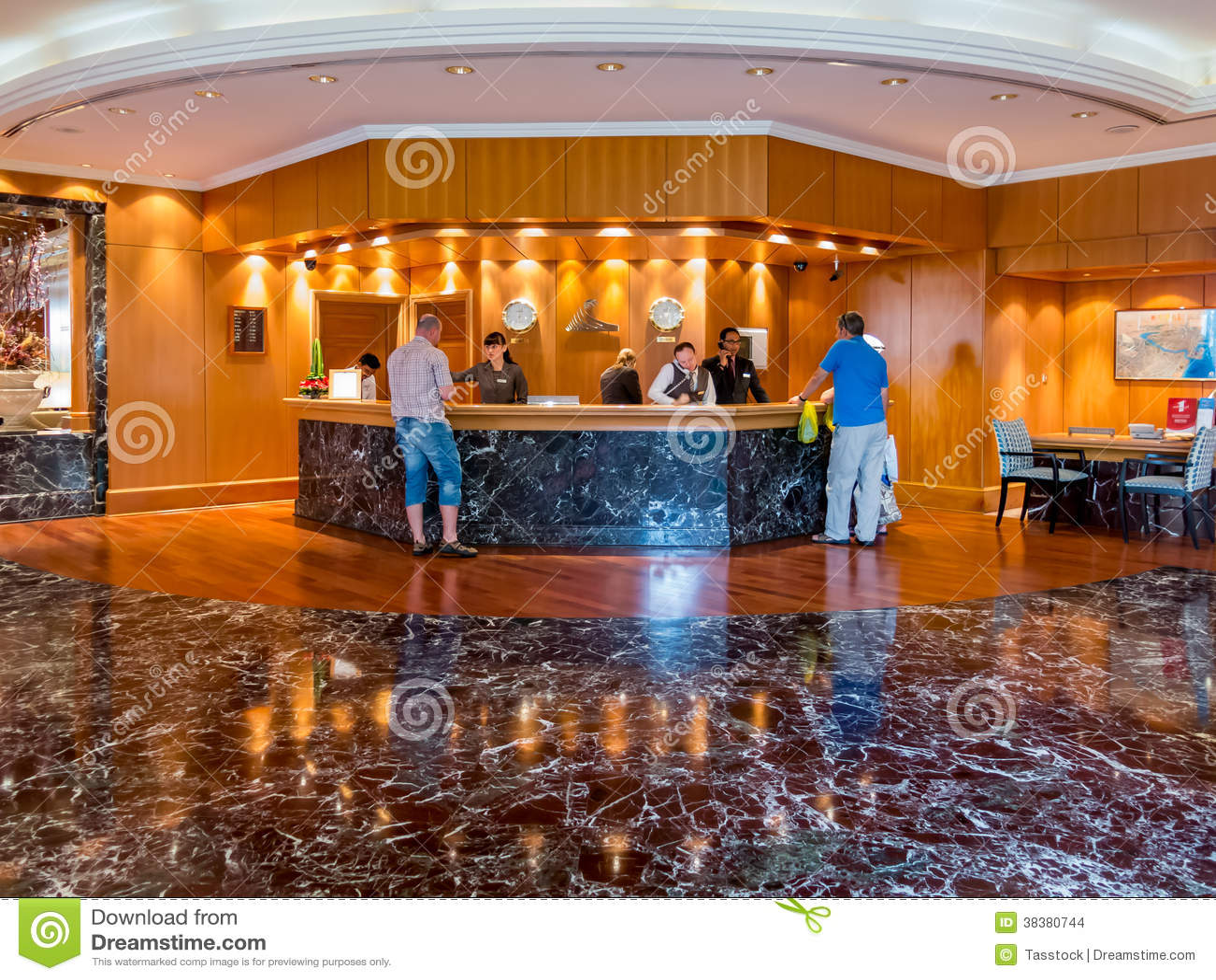 Os povos na mesa de recep o no hotel incitam em dubai for Hotel em dubai