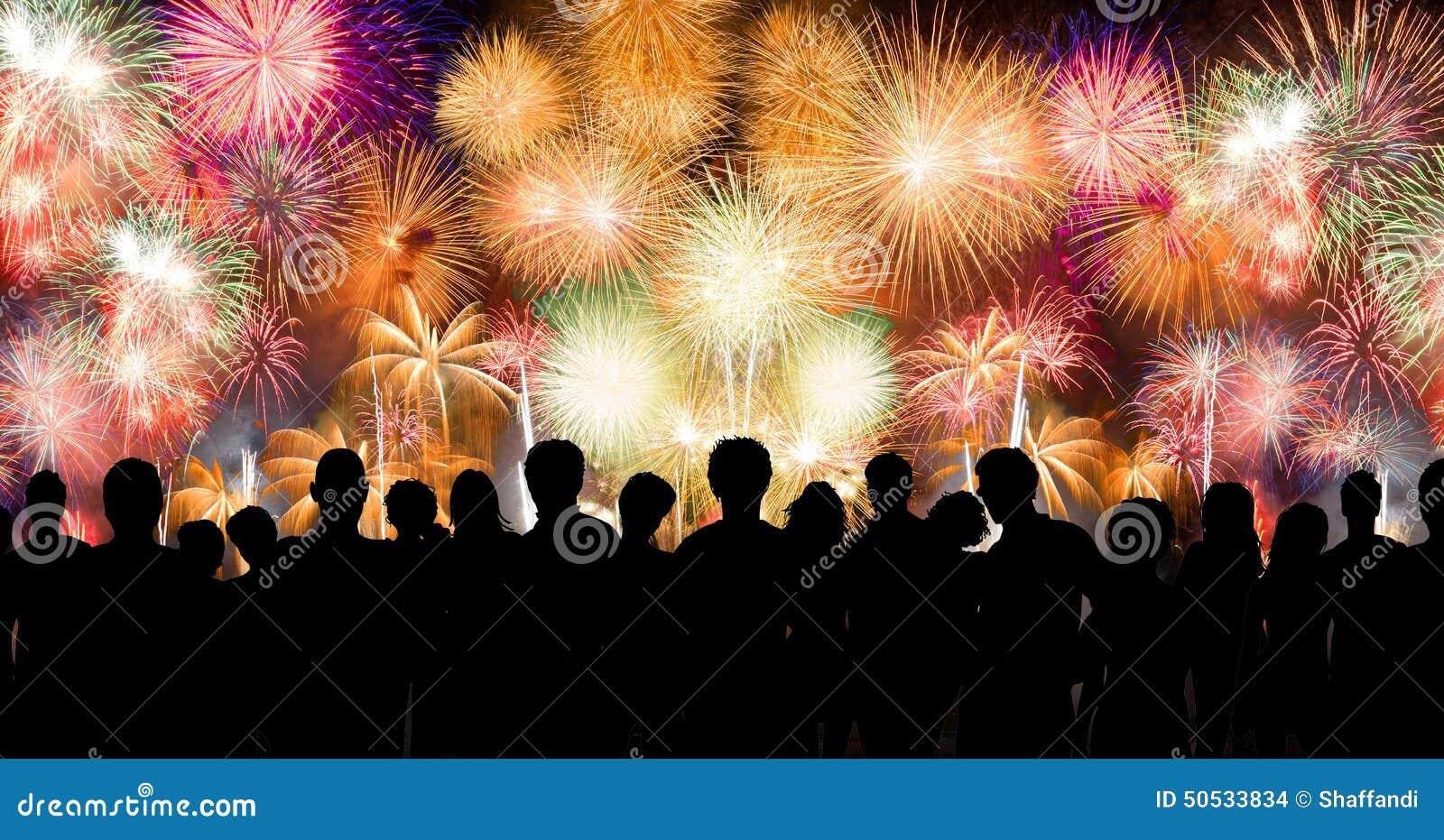 Os povos na silhueta apreciam olhar fogo de artifício surpreendente