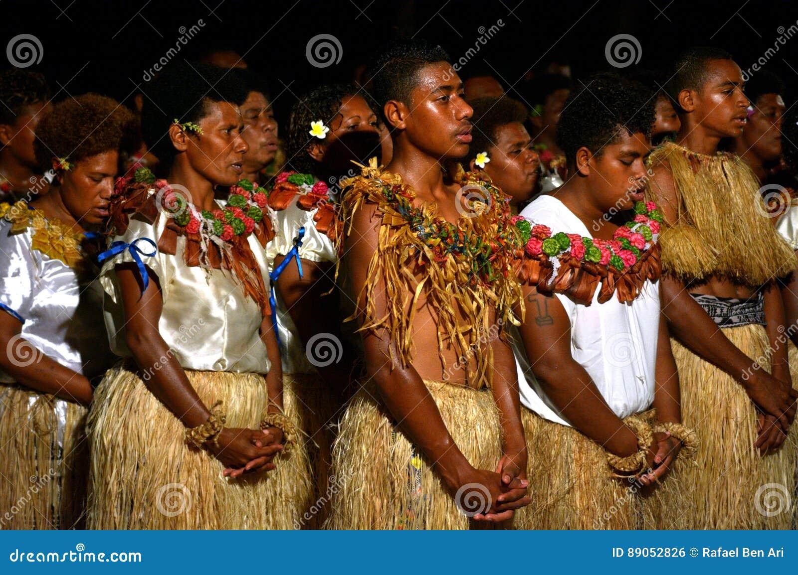 Os povos nativos do Fijian cantam e dançam em Fiji